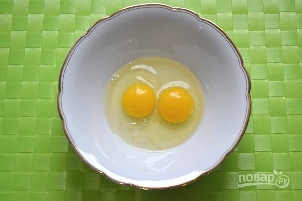 Для приготовления теста в глубокую миску вбейте яйца, добавьте соль.