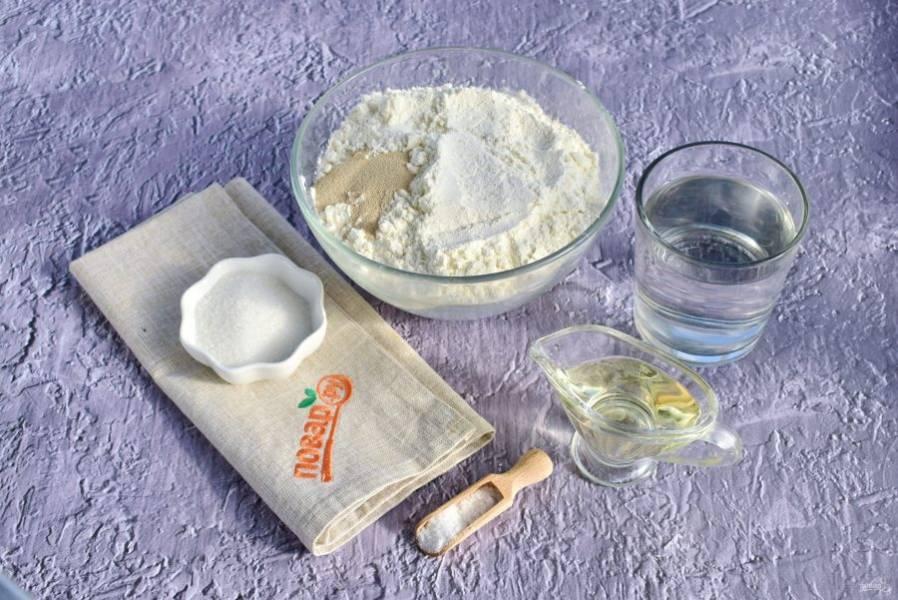 1.    Для теста нам понадобится пшеничная мука, дрожжи, вода, соль, сахар и оливковое масло.