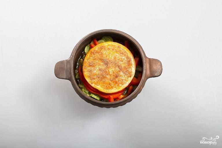 Запекайте в разогретой до 200 градусов духовке час.  Подавать можете прямо в горшочке. Приятного аппетита!