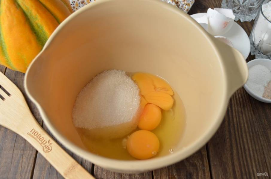В чаше для миксера соедините яйца и сахар. Миксером на максимальных оборотах взбивайте массу до посветления, она должна увеличиться в три раза, стать более плотной.