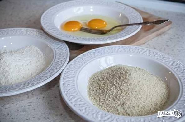 1. Все, что вам потребуется, есть на этом фото: просеянная мука, панировочные сухари, пара яиц.