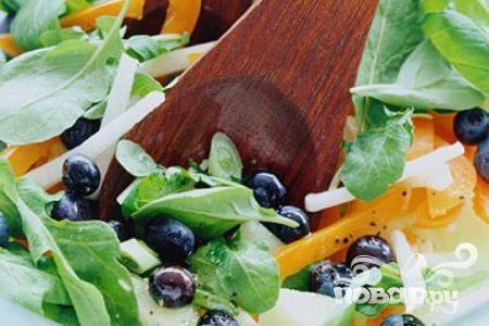 Салат с черникой и дыней