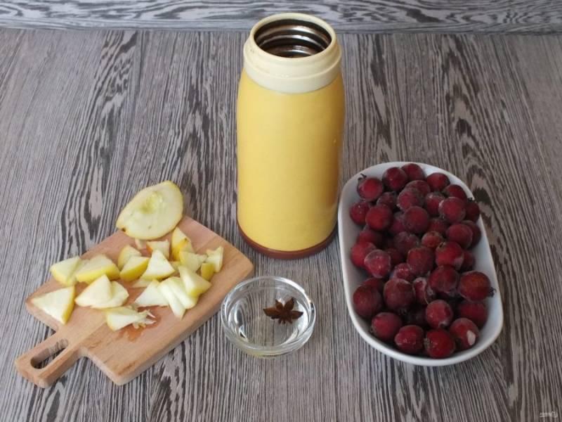 Возьмите термос. Засыпьте в него боярышник. Залете кипятком, прикройте и оставьте на 10 минут. После добавьте яблоко и бадьян.