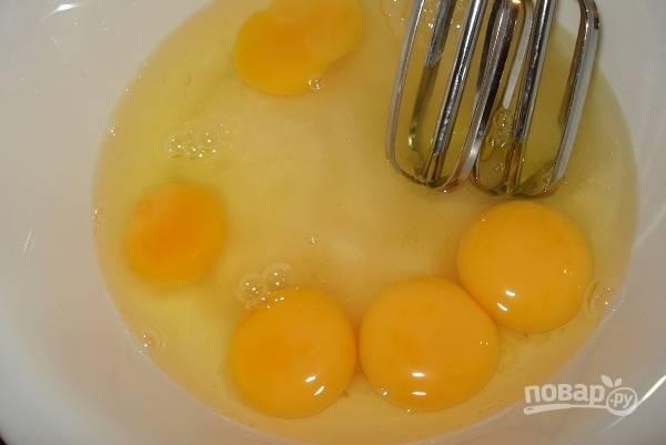 В другой посуде взбейте вместе яйца с сахаром до пены.