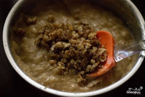 Шаг 6. Измельчите орешки. Добавьте их теперь в банановую смесь. Все тщательно перемешайте.