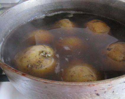 Первым делом отварим картофель до готовности. Варить будем в кожуре. Смотрите, чтобы он не переварился, лучше чуть не доварить.