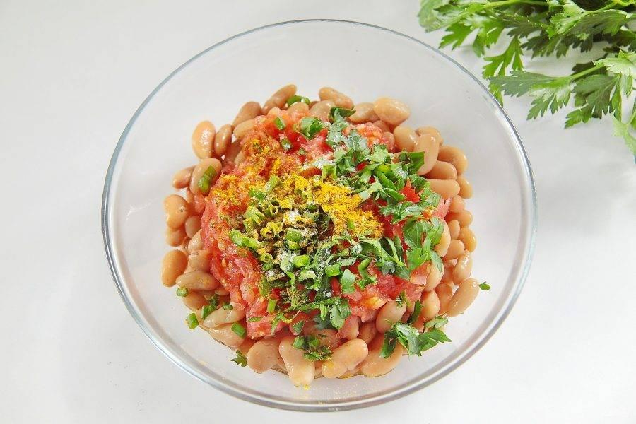 Добавьте измельченную свежую зелень, соль по вкусу и специи. Специи можно взять любые, какие вы любите.