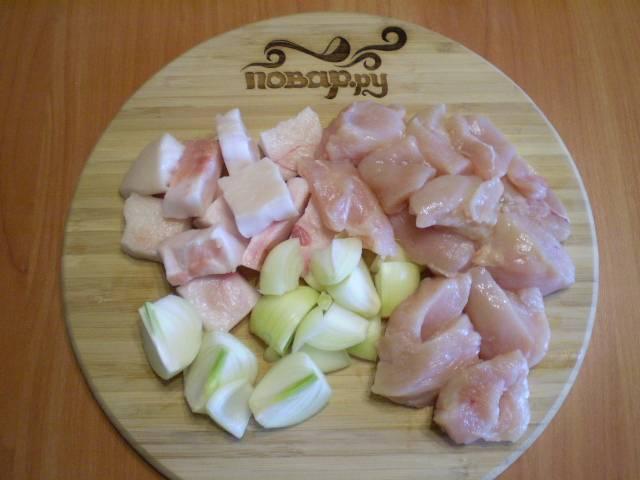 2. Приготовим фарш. Для этого можно использовать как мясорубку, так и любой измельчитель. Порежьте мясо, сало и лук для удобства.