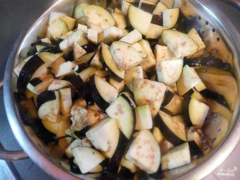 Баклажаны вымыть, удалить плодоножки и нарезать небольшими кусочками.