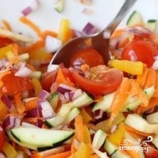 Все овощи моем и чистим. Морковь натираем на крупной терке, помидоры, кабачок и перцы режем крупными дольками, лук - мелко.