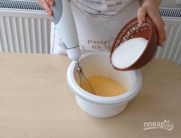 4.Яйца вбиваете в чашу миксера и взбиваете до образования пышной пены, добавляете чуть меньше стакана сахара (оставляете 3 столовые ложки) и снова взбиваете.