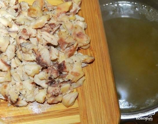 Куриные крылышки освободите от косточек и нарубите мелко. Если вы хотите, чтобы суп был более диетическим, то используйте куриное филе. Бросьте отварное мясо в суп к макаронам.