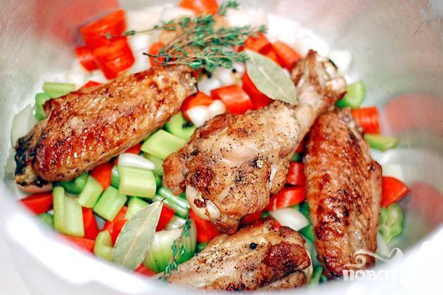 3. Выложить морковь, сельдерей и лук в скороварку. Добавить крылья индейки и 3 литра воды.