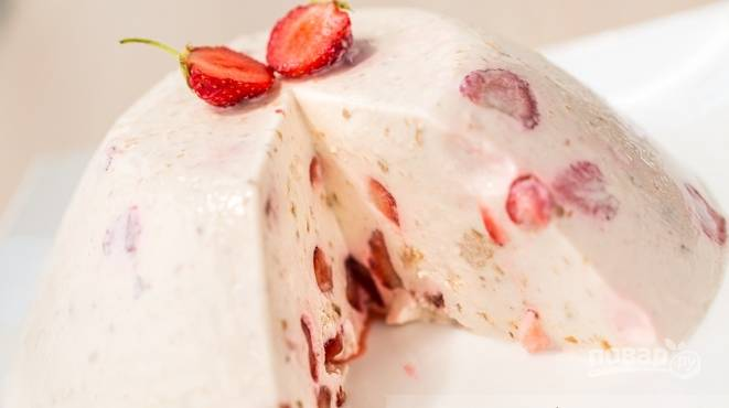 Оставьте торт в холодильнике на ночь. Достаньте десерт из формы перед подачей. Приятного чаепития!