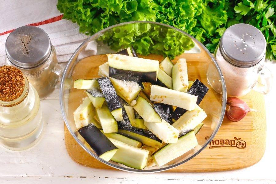 Баклажаны промойте в воде, срежьте с овощей хвостики. Нарежьте их пластинами, а пластины — брусочками.