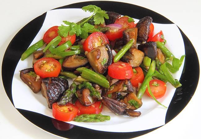 4. Солим, перчим и добавим бальзамик по вкусу. Салат готов!