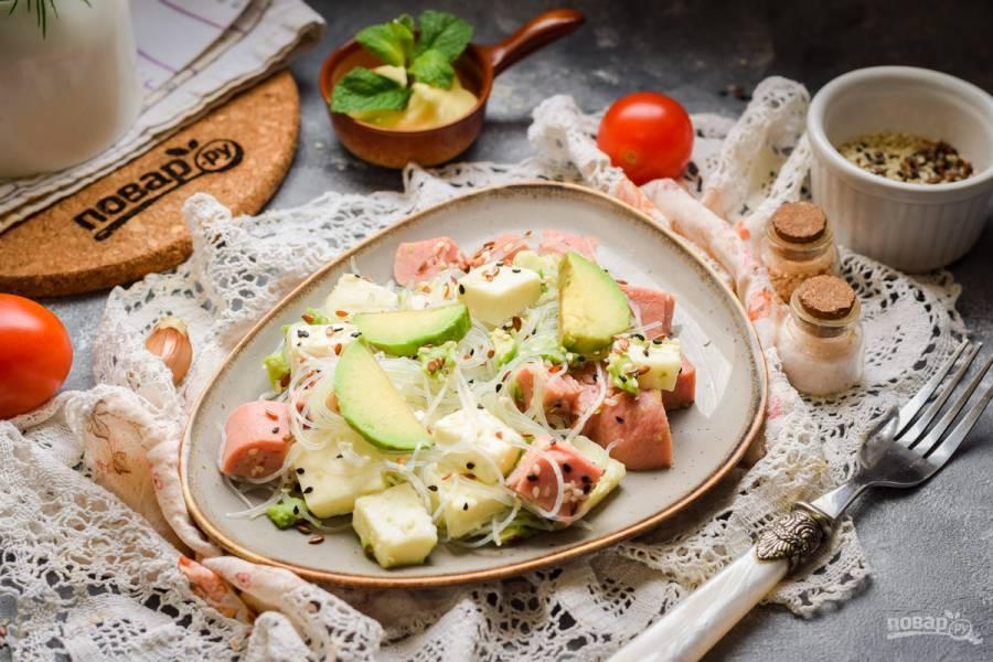 Салат с фунчозой и авокадо