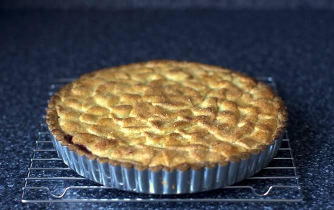 6. Выпекается этот пирог достаточно быстро. В зависимости от толщины коржа и начинки, потребуется около 20-35 минут. Вот такой аппетитный и простой рецепт, как приготовить песочный пирог с вареньем. Можно пробовать и угощать близких.