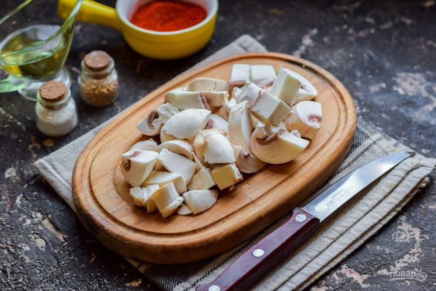 Шампиньоны сполосните и просушите, нарежьте грибы крупными кубиками.