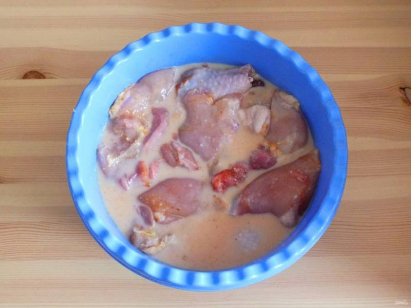 Залейте молоком, чтобы оно покрыло курицу. Сверху положите гнёт и уберите в холодильник на 8-10 часов.