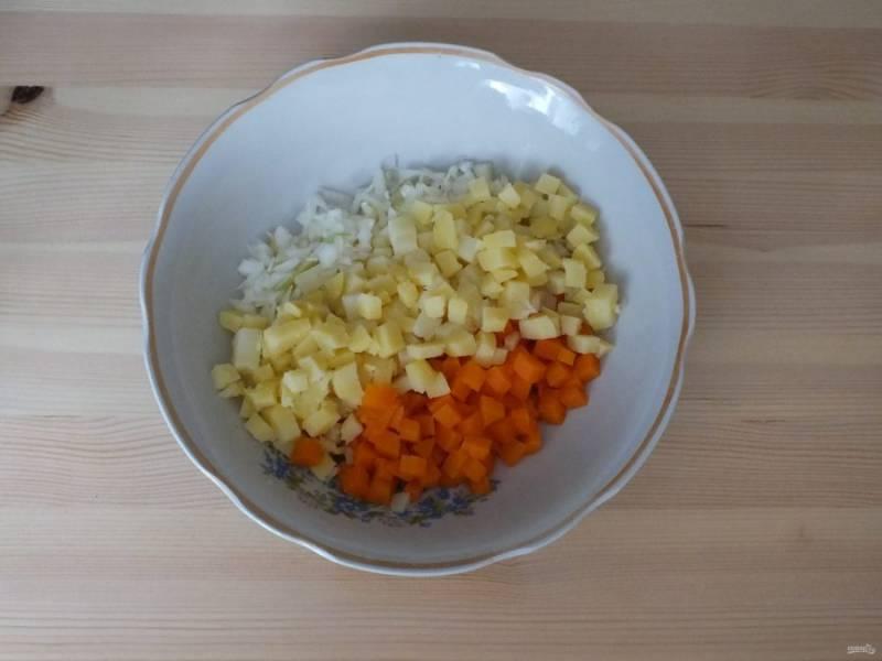 Возьмите глубокий салатник. Нарежьте средним кубиком картофель и морковь. Лук нарежьте мелким кубиком, слегка присолите и отожмите сок. Все овощи переложите в салатник.