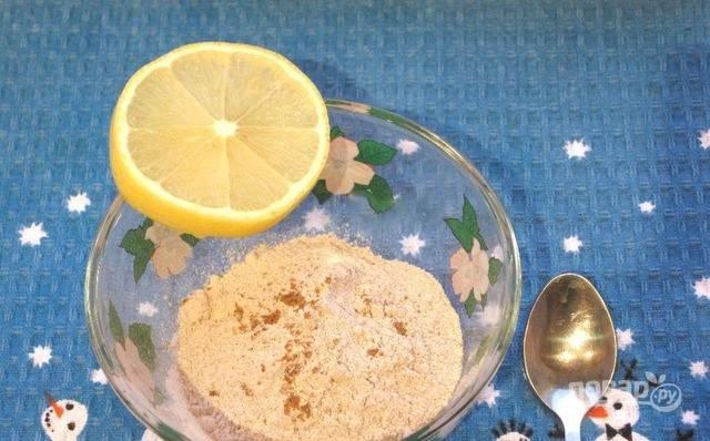 Пока печенье выпекается, сделайте для него глазурь. Для этого смешайте сахарную пудру с лимонным соком и мускатным орехом. Готовое печенье достаньте из духовки, остудите и смажьте глазурью.