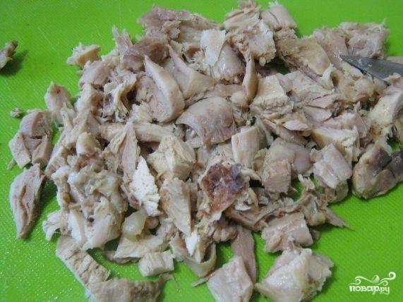 2.Вымойте мясо, налейте воду, посолите, отварите до готовности. Нарежьте мясо на небольшие куски.