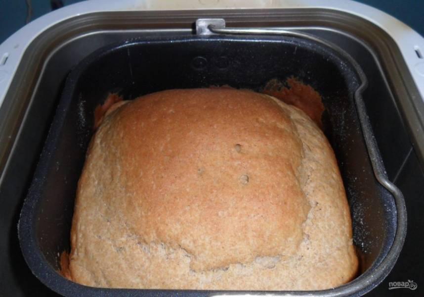 5. Затем закрываете крышкой и оставляете технику, она сама все приготовит. В среднем на приготовление хлеба уходит около 2,5 часов. Очень важно, чтобы сухие дрожжи были свежими (сухие дрожжи тоже лучше держать в холодильнике). Молоко тоже нужно использовать сухое.