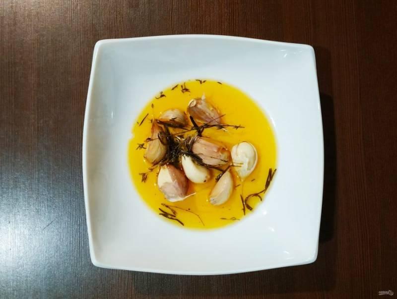 Приготовьте маринад. Чеснок в шелухе смешайте с травами, солью и оливковым маслом.