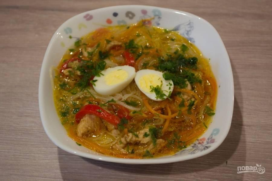 Влейте немного супа. В каждую тарелку выложите по 1 перепелиному яичку, разрезанному пополам. Подайте суп к столу, приправив свежей зеленью.