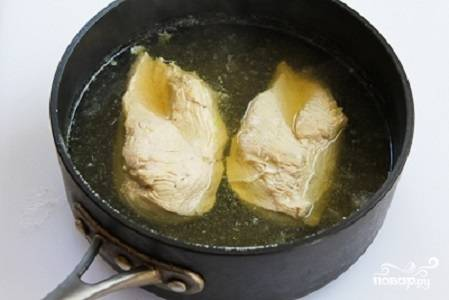 1. Вымойте грудки, выложите их в кастрюлю с водой и поставьте на огонь. Отварите до готовности.