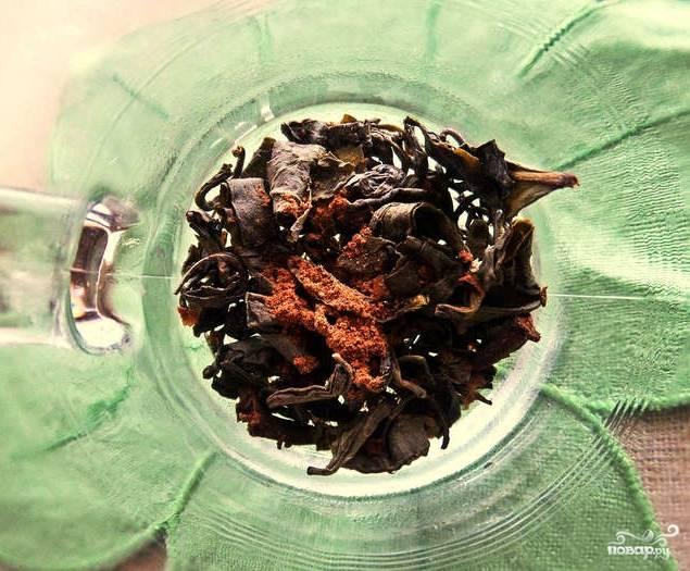 Для начала поставим чайник. Нам, естественно, понадобится кипяток, ведь мы готовим чай. Причем стандартным, горячим способом. А пока растолчем парочку гвоздичек с кусочком от палочки корицы в ступке. Засыпаем чай вместе с пряностями в кружку.
