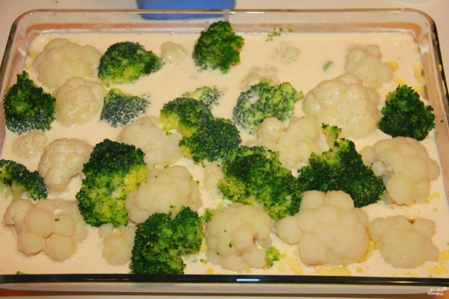 Выложите в форму овощи, потом залейте равномерно сметанно-яичной смесью.  Она должна почти накрыть сметану, поэтому, в зависимости от размеров формы, сметаны и молока может понадобиться больше или меньше.