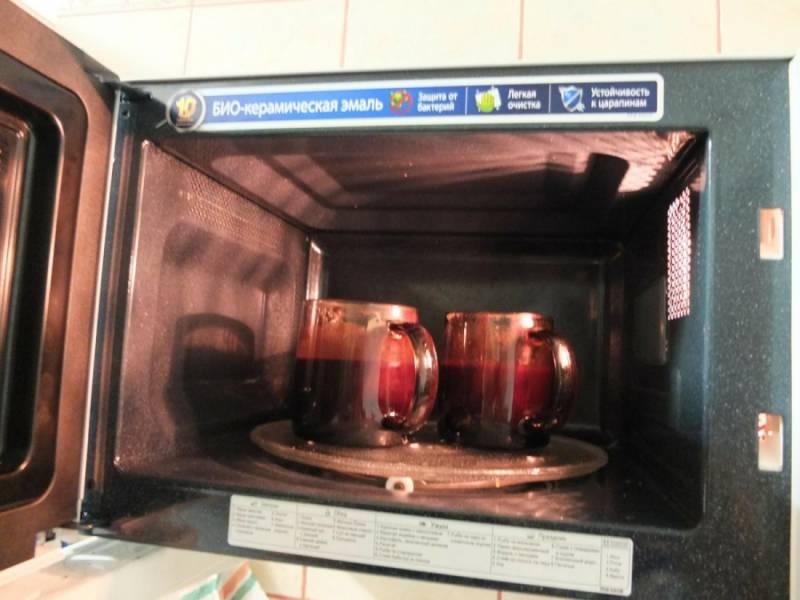 Отправляем в микроволновку при максимальной мощности (1000 Вт) на 3 минуты.  Кексики поднимутся - не переживайте, из чашки не вылезут.