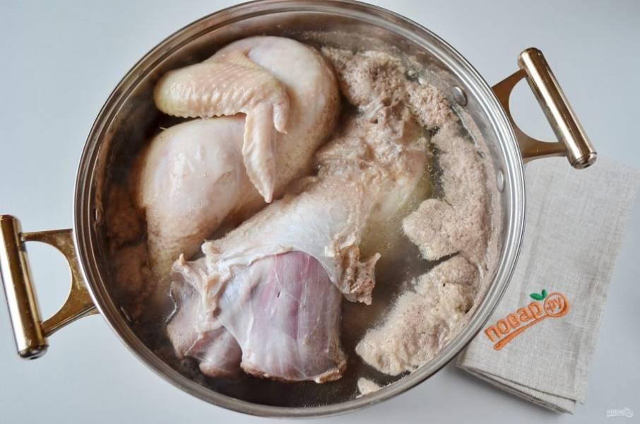 Теперь слейте полностью всю воду, вымойте кастрюлю и мясо.