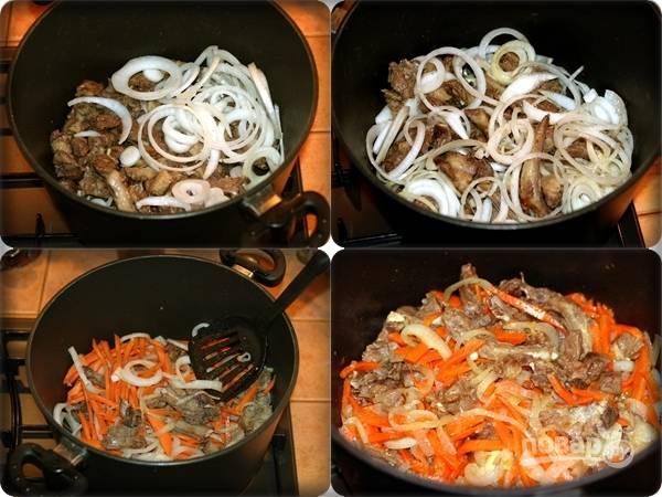 5. К мясу добавьте лук, аккуратно перемешайте, следом — морковь. Если вы любите острое, то рекомендую добавить щепотку перца чили. Оставьте все еще минут на 15.
