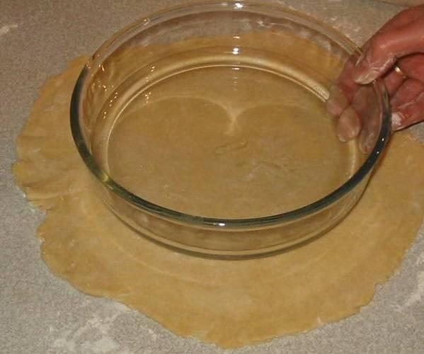 3. Разделите тесто на две части (одна чуть больше второй), раскатайте.