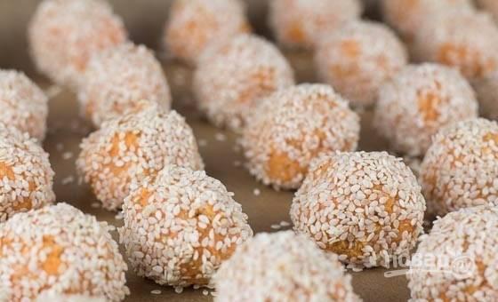 6. Выложите шарики на противень, застеленный пергаментом. При температуре 180 градусов запекайте шарики из батата и киноа 35-40 минут.