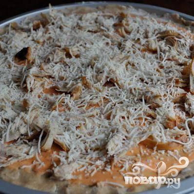 Посыпать смазанную соусом основу 1/2 частью всех сыров.