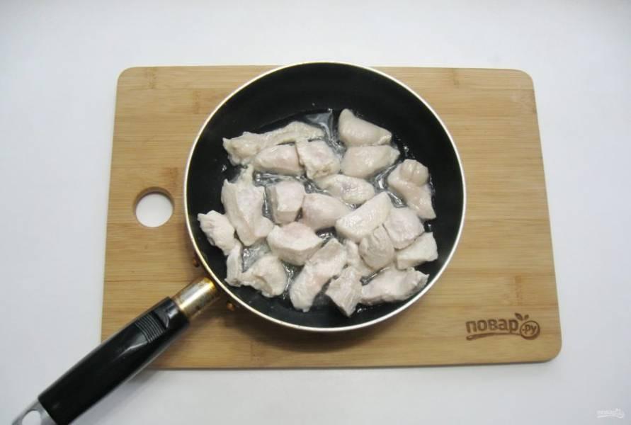 Обжарьте филе в течение 7-8 минут со всех сторон.