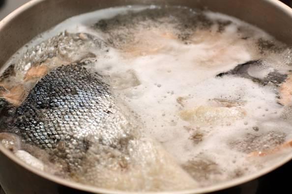 2. Доведите до кипения, убавьте огонь до среднего. Обязательно убирайте образовавшуюся пену шумовкой.