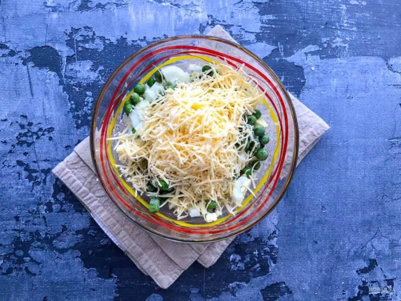 Сыр натрите на мелкой терке и добавьте к остальным ингредиентам.