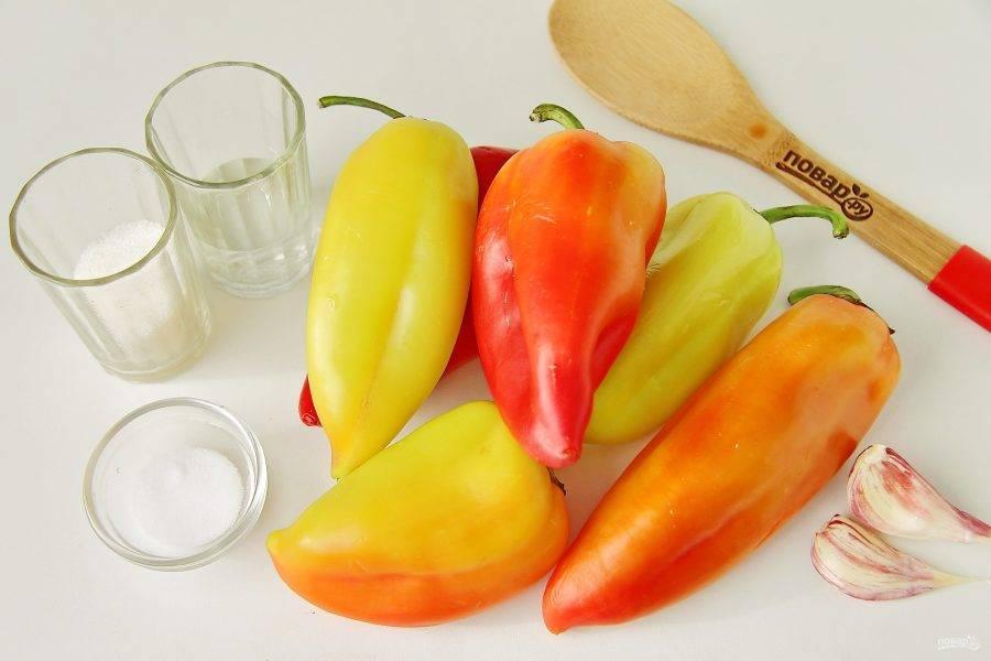 Подготовьте все ингредиенты. Очень красиво получается, если использовать перцы разного цвета.