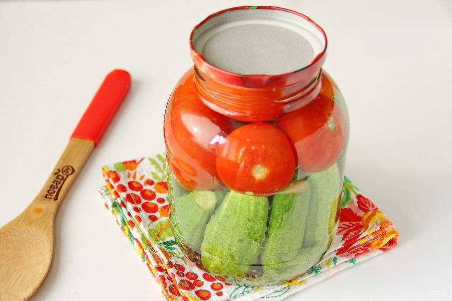 Вскипятите в кастрюле воду и залейте овощи. Прикройте банки стерильными крышками и оставьте на 20 минут.