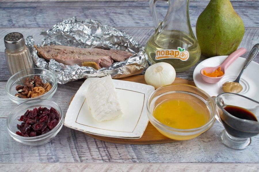 Подготовьте необходимые продукты. Грудку утки вымойте, обсушите бумажными полотенцами. Соевый соус (2 ст. л.) и апельсиновый сок соедините. Опустите в этот соус лук, нарезанный кольцами, и оставьте мариноваться на 30 минут. Оставшийся соевый соус, оливковое масло, горчицу соедините, перемешайте. Часть этого соуса  (2 ст. л.) мы будем использовать для запекания грудки. Положите мясо на фольгу, сделайте бортики, полейте соусом. Поставьте запекаться в духовку на 30 минут при 200 ºC.