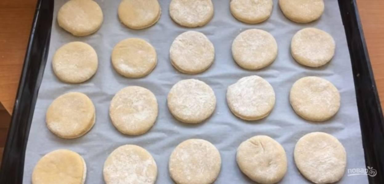 3.  Выложите заготовки пряников на противень, покрытый пергаментом. Выпекайте пряники в разогретой до 20 градусов духовке 18 минут. Полностью остудите пряники на противне. Для глазури перемешайте до однородности молоко и сахарную пудру.