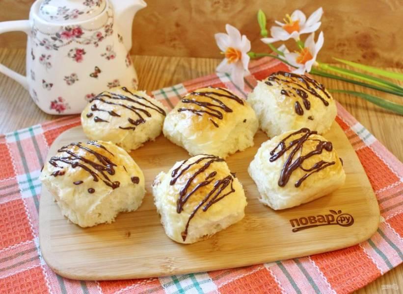 Булочки без яиц готовы. Можно их посыпать сахарной пудрой или полить растопленным шоколадом и подавать к столу.