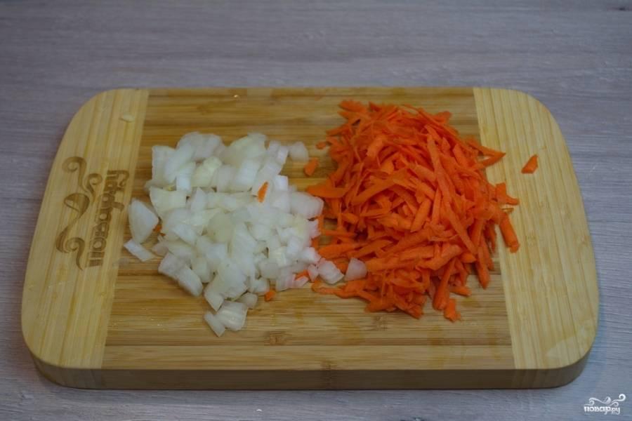 Пока кабачки жарятся, очистите, измельчите  лук и натрите вымытую морковь на терке.