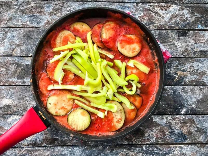 Добавьте нарезанный соломкой болгарский перец и хорошо все перемешайте.