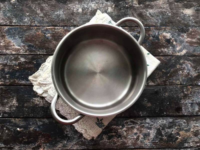 В кастрюлю налейте чистую воду, поставьте на огонь и доведите до кипения.